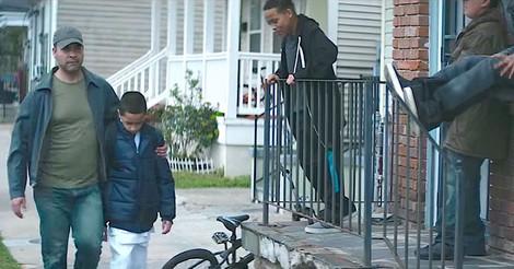 Un père protège son fils des racailles du quartier. Mais regardez le secret caché sous son manteau bleu…