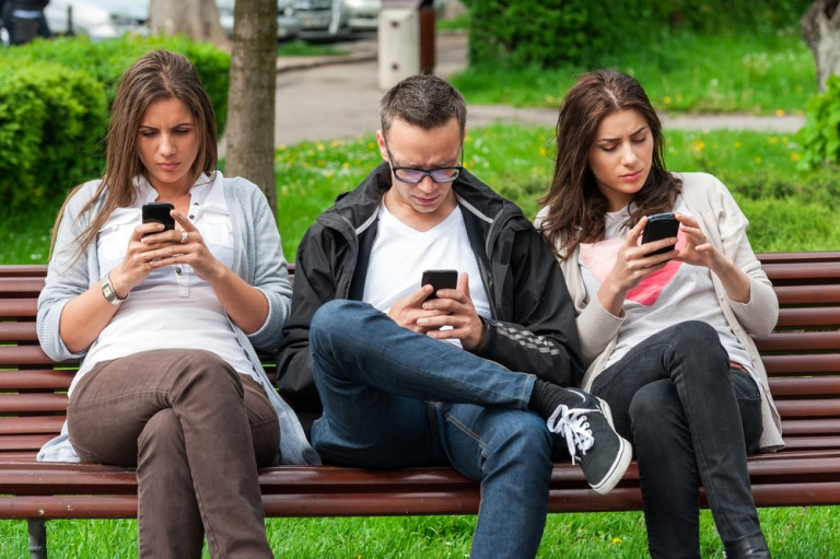 gens sur leurs telphone banc