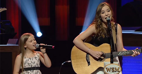 deux-soeurs-chantent-sur-scene