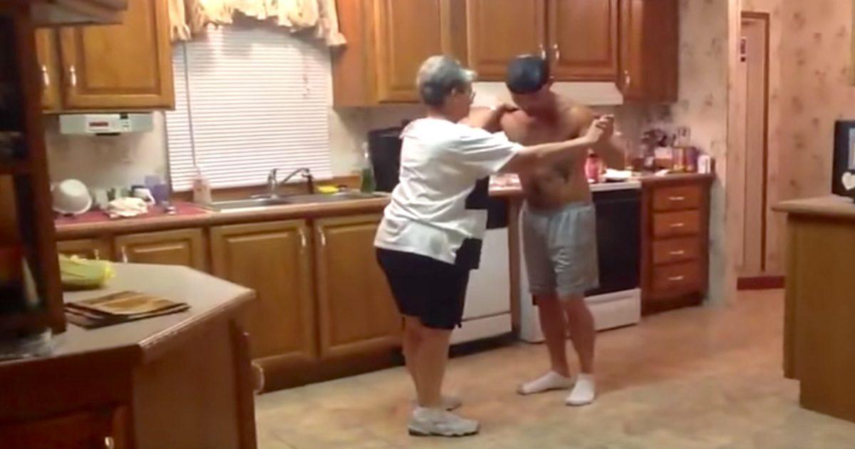 Le fils attrape la main de maman quand leur chanson préférée arrive. Leur danse fait le buzz.