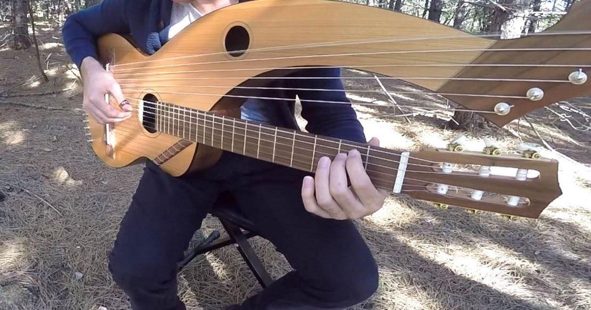 Un homme utilise une guitare à 18 cordes pour jouer 'The sounds of Silence'. Écoutez c'est impressionnant !