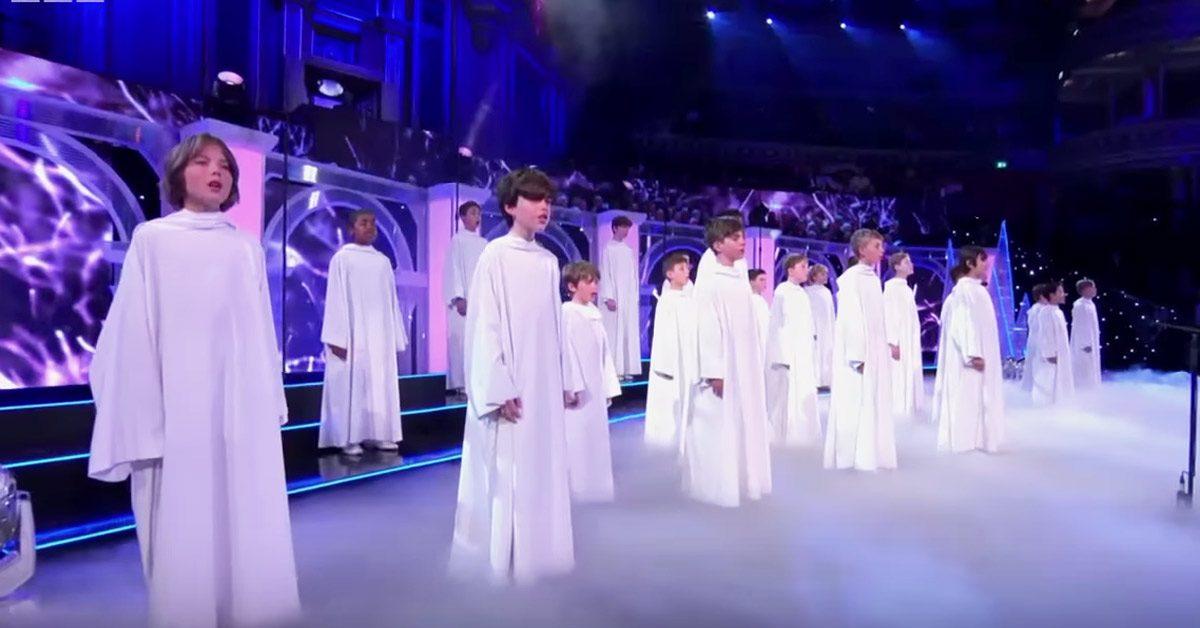 Un choral de jeunes garçons entre sur scène, à la seconde où ils ouvrent la bouche, la foule est emportée par une vague de frissons