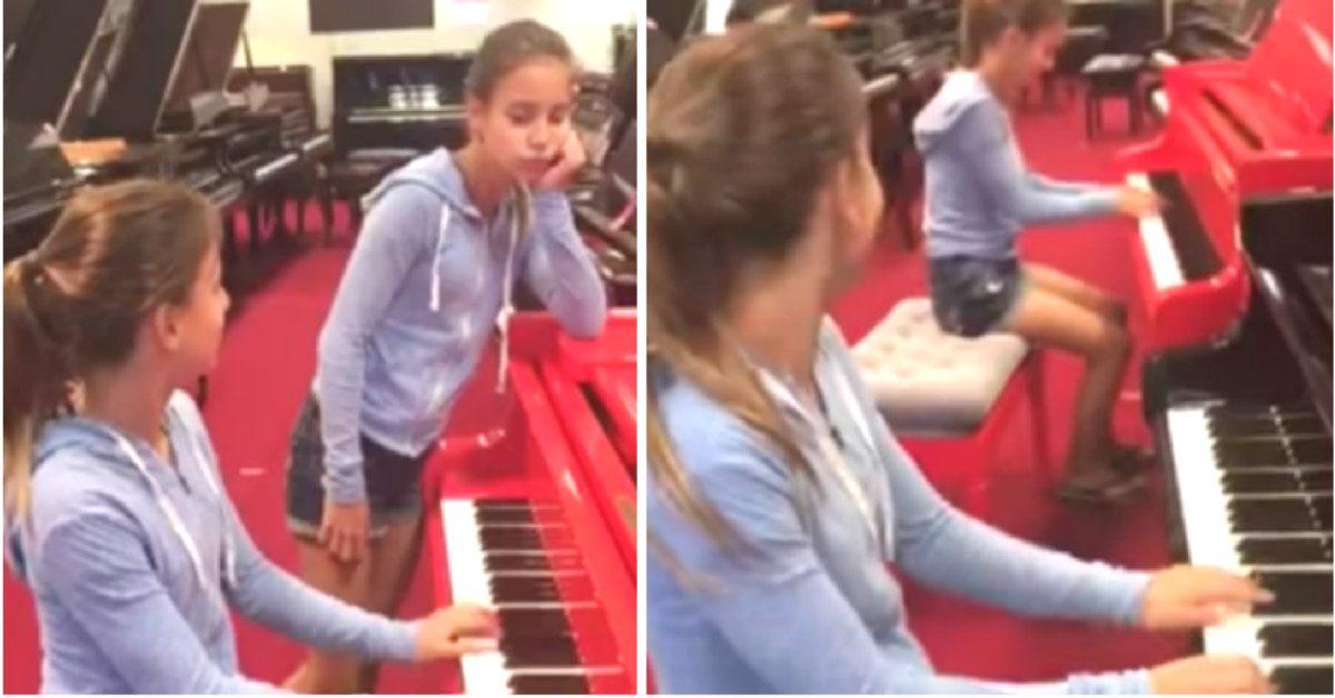 La jumelle s'ennuie pendant que sa sœur joue du piano. Soudain elle se joint à elle et leur vidéo fait le buzz.