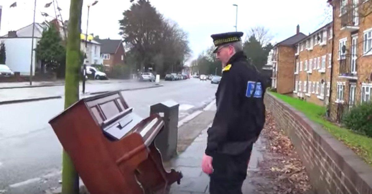 L'agent de circulation trouve un piano abandonné. Ce qu'il va faire avec est devenu viral