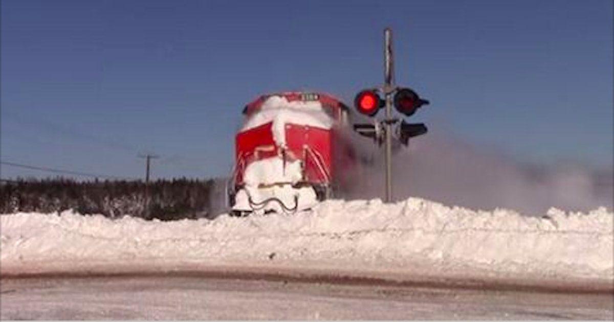 Un homme a enregistré le moment où un train a heurté un mur de neige