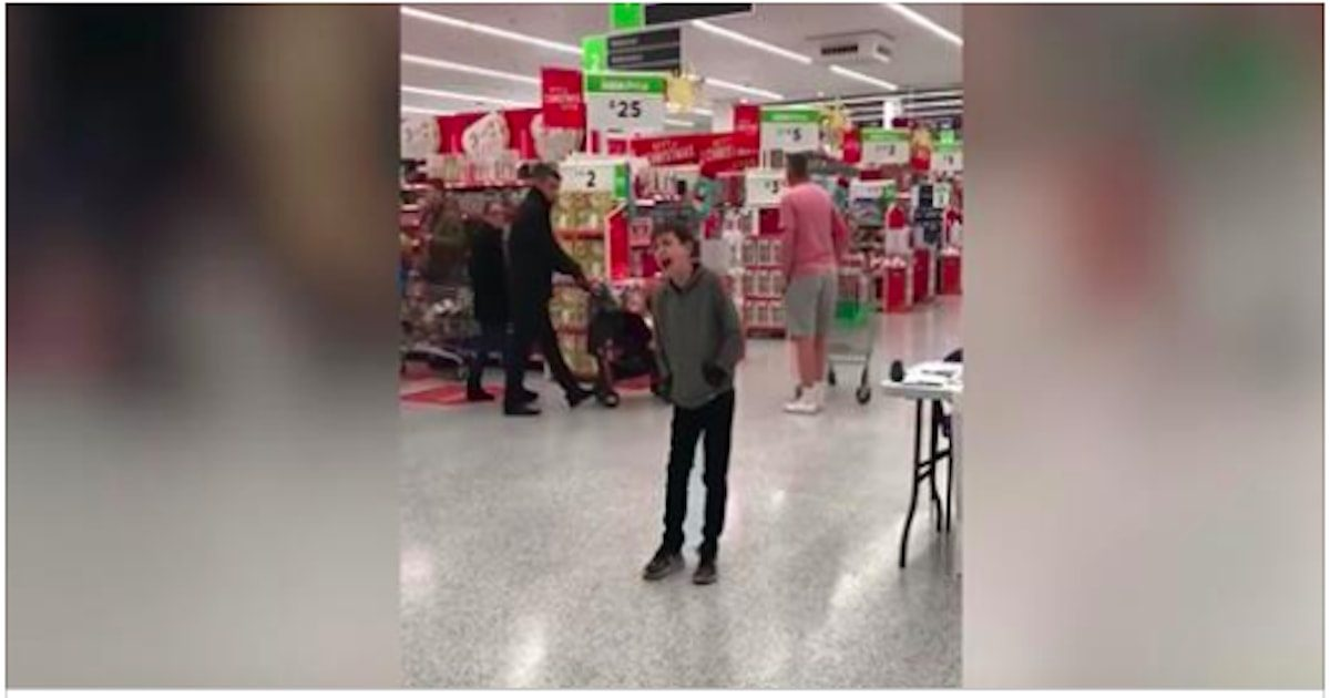 Un garçon autiste chante dans un magasin, laissant les clients surpris avec sa voix si puissante