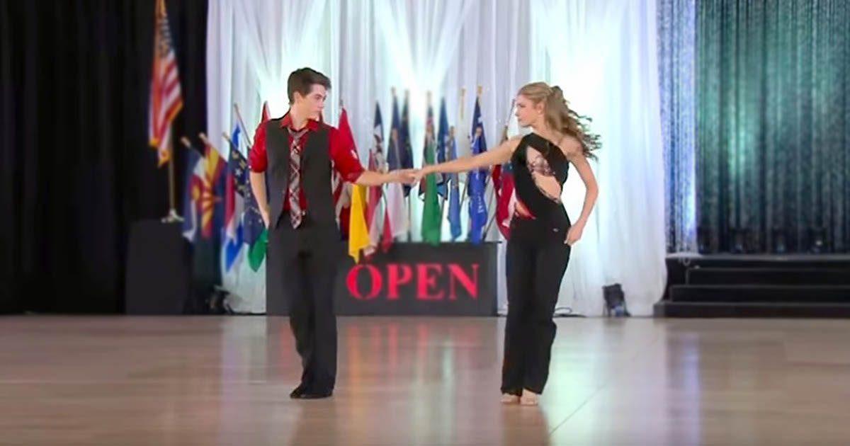 Un garçon de 15 ans attrape sa main pour danser. La foule devient folle avec la chorégraphie du champion du monde