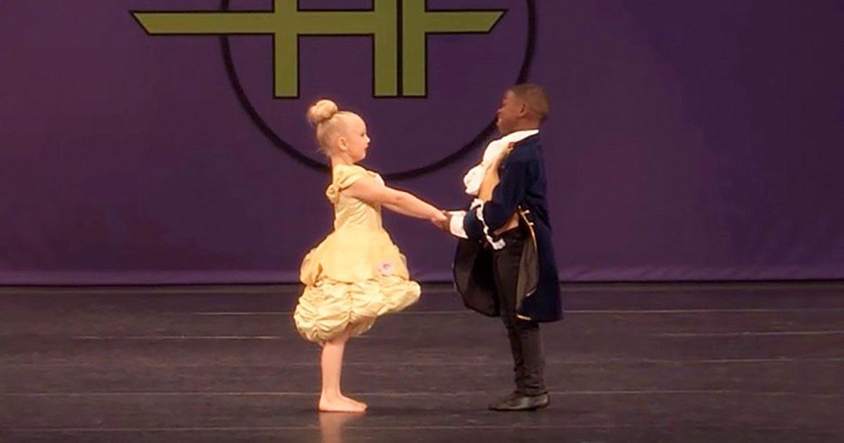 Les minuscules danseurs se regardent dans les yeux. Il attrape sa main pour une danse que la foule n'oubliera jamais
