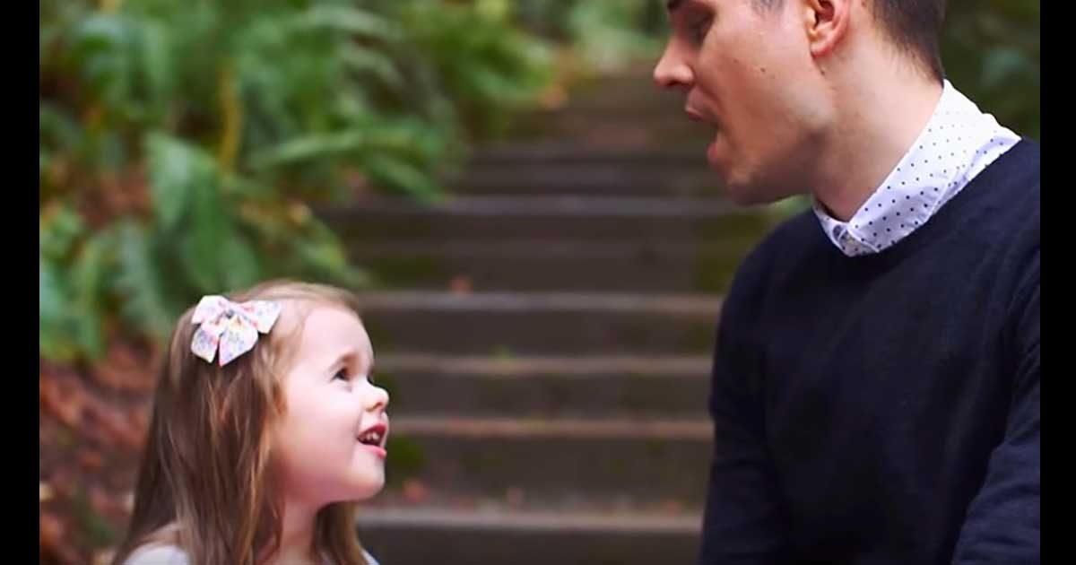Claire lance une nouvelle chanson, son papa se joint à elle et fait fondre le cœur de tout le monde