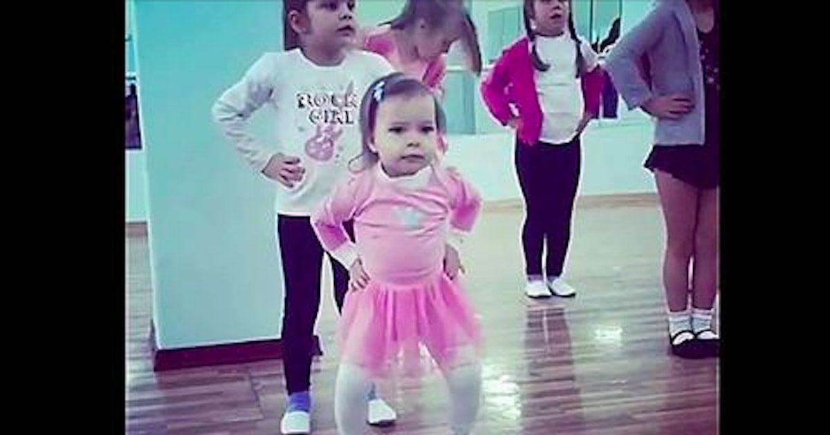 Les petites filles se préparent pour un cours de danse, mais celle au tutu rose fait rire tout le monde