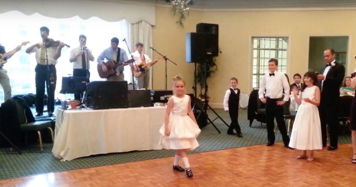 Elle se préparait pour une danse irlandaise à un mariage, mais son petit frère arrive et lui vol la vedette