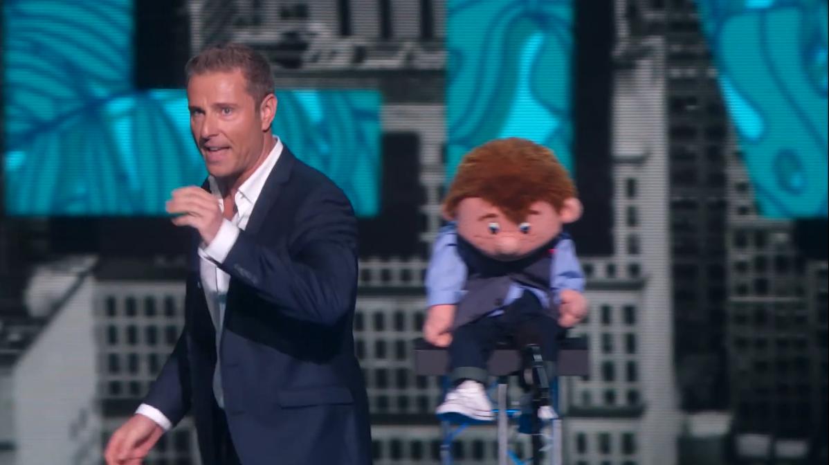 Un ventriloque s'en va furieux en laissant la marionnette derrière lui. Puis la marionnette s'anime