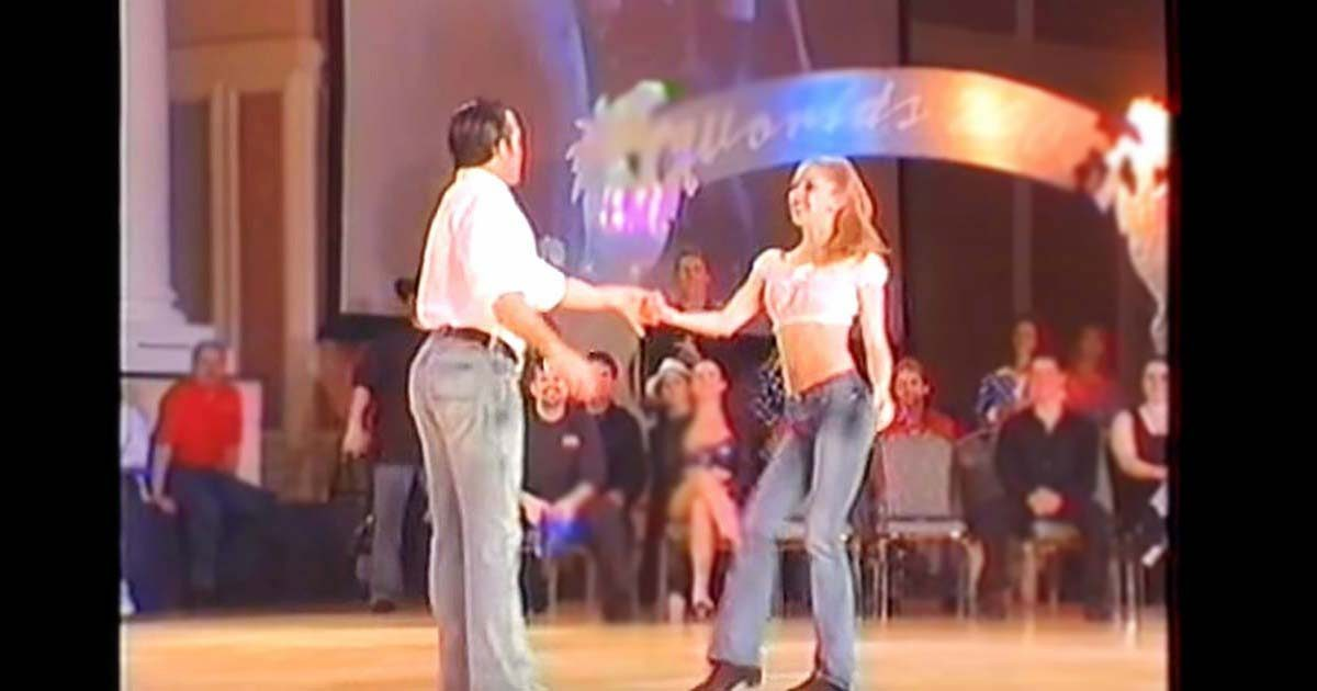 Il attrape sa main pour un numéro de danse qui va faire se lever de leurs sièges toute la foule