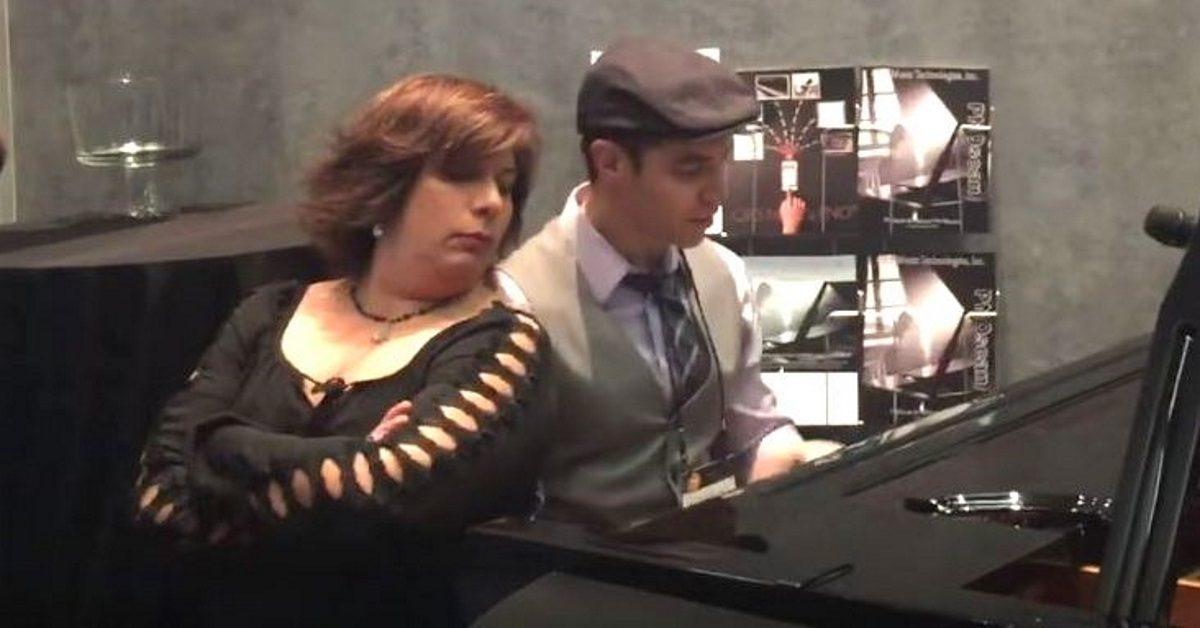 Elle regarder discrètement l'homme jouer du piano puis saute sur le siège pour un numéro incroyable