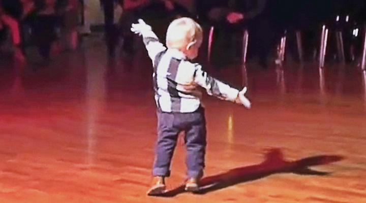Ce bambin entend sa chanson préférée, commence à danser et fait un incroyable show