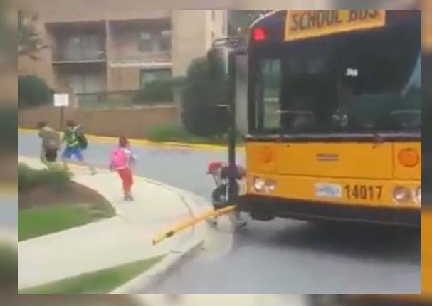 Voyez ce qui se passe lorsqu'un autobus scolaire s'arrête au Canada (VIDÉO)